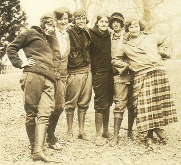Panie już w latach 20. zakładały spodnie między innymi do jazdy konnej. Zdjęcie poglądowe (1924 r.).