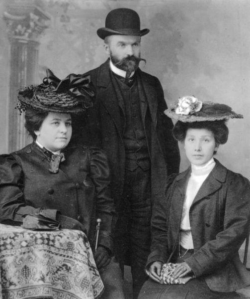 """Od lewej Jadwiga z Eysmonttów Kunicka, Józef Piłsudski, Maria z Koplewskich Piłsudska 1904 (fot. zdjęcie pochodzi z książki Kamila Janickiego """"Niepokorne damy"""")"""