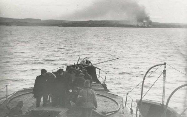 """Ogień radzieckich kanonierek przygwoździł polskich żołnierzy. Zdjęcie poglądowe z książki """"Białe kontra czerwone""""."""