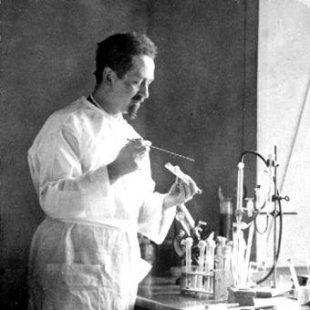 Rudolf Weigl przy pracy (fot. domena publiczna)