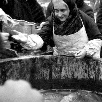 """Sprzedaż karpia w Krakowie w 1932 roku (zdjęcie pochodzi z książki """"Dwudziestolecie od kuchni"""" autorstwa Aleksandry Zaprutko-Janickiej)"""
