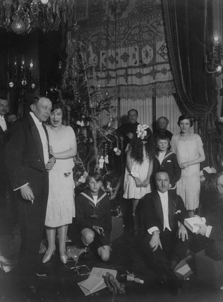 Uczestnicy Wigilii w Ambasadzie RP w Paryżu zgromadzeni przy choince w 1926 roku. Na kolację wigilijną raczej nie podano wówczas karpia na dziesięć sposobów (fot. domena publiczna)