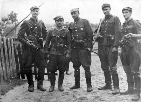 Żołnierze 5 Wileńskiej Brygady AK. Pośrodku stoi Łupaszko.