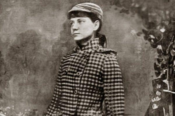 Nellie Bly w stroju podróżnym.
