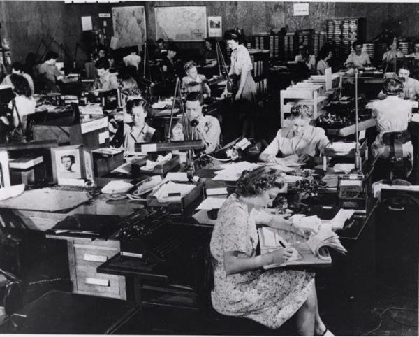 Analitycy pracujący w sercu amerykańskiej kryptografii - Arlington Hall ok. 1943 roku (fot. domena publiczna)