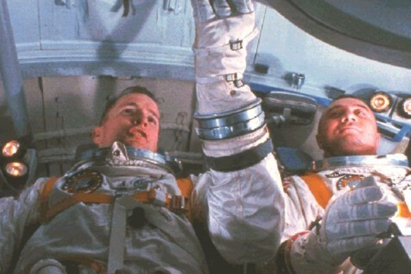 Pierwsze próby lotów w kosmos zabrały życie wielu astronautom. Na zdjęciu część załogi w symulatorze kabiny statku Apollo, 1967.