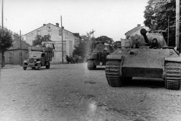 Działania polskich konspiratorów nabrały tempa po agresji Niemiec na ZSRR. Na zdjęciu niemieckie czołgi na ulicy Piłsudskiego w Siedlcach w lipcu 1944 roku.