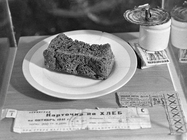 Marnej jakości chleb stanowił podstawę jadłospisu w oblężonym Leningradzie.