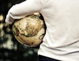 Człowiek niosący globus (fot. domena publiczna)
