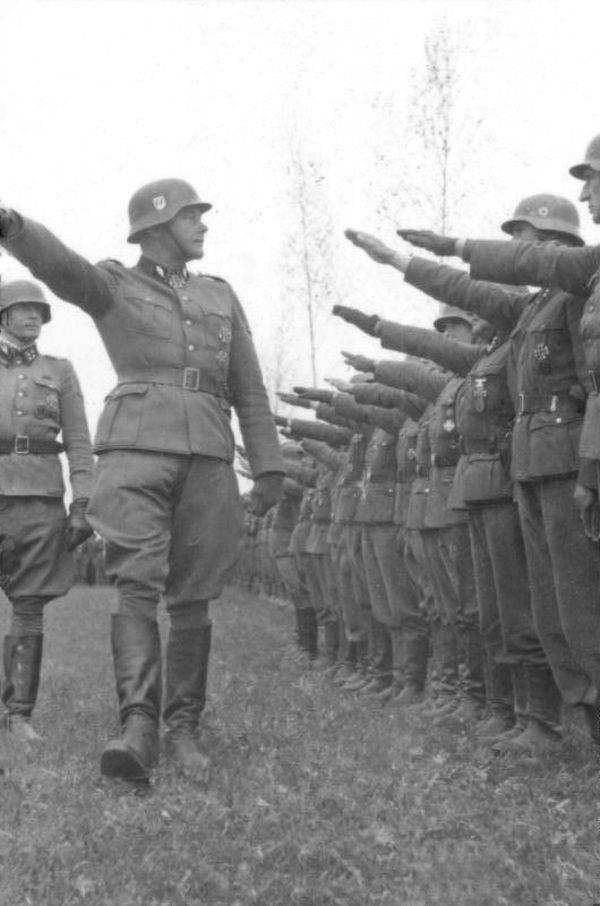 Do Waffen-SS trafiali ochotnicy. Na zdjęciu inspekcja 2 Dywizji Pancernej SS Das Reich (fot. Bundesarchiv, Bild 101III-Hoffmann-04-23, Hoffmann, lic. CC-BY-SA 3.0)