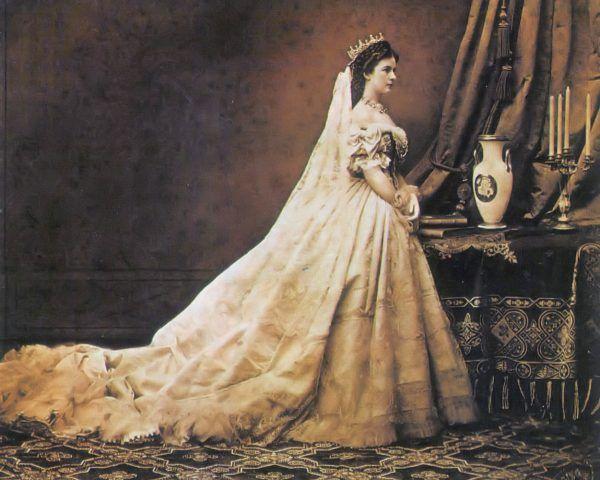 Elżbieta Bawarska w sukni koronacyjnej. Cesarzowa olśniewała pięknem, jednak jej uroda tak naprawdę rozkwitła po narodzinach dzieci.