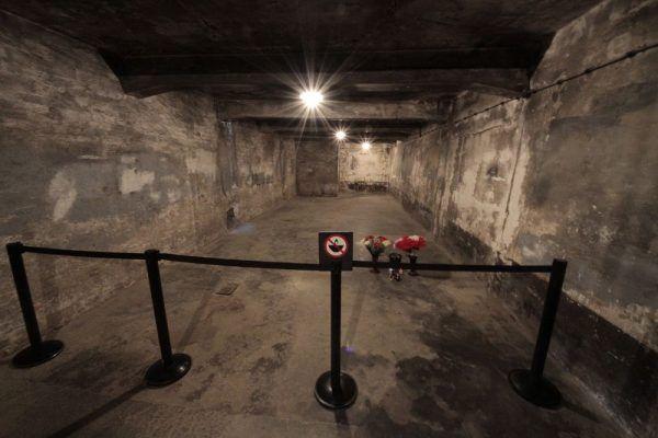 Komora gazowa w Auschwitz. Niewidoczny jest otwór w sklepieniu, przez który na rozkaz Capesiusa wsypywano Cyklon-B (fot. Oleg Yunakov, lic. CC BY-SA 3.0)