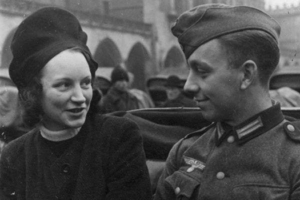 Kraków. Żołnierz niemiecki i młoda kobieta w dorożce.