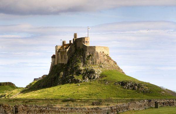 Jednym z najsłynniejszych wikińskich ataków był najazd na Lindisferne (na zdj. zamek na wyspie).