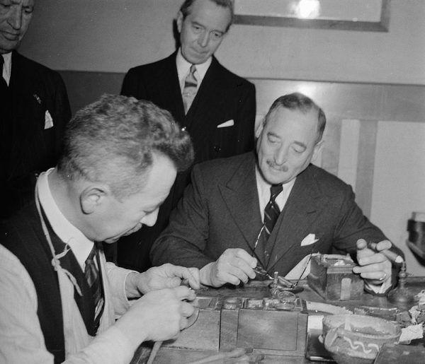 """Wykreowanie """"trendu na diamenty"""" było dziełem Ernesta Oppenheimera i jego syna Harry'ego - a także wynajętej przez nich agencji reklamowej."""