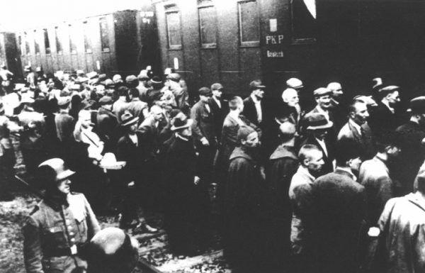 Załadunek pierwszego transportu polskich więźniów obozu Auschwitz. Tarnów, 14 czerwca 1940 roku.