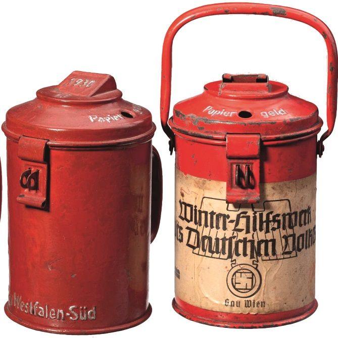Charakterystyczne, czerwone puszki Pomocy Zimowej.