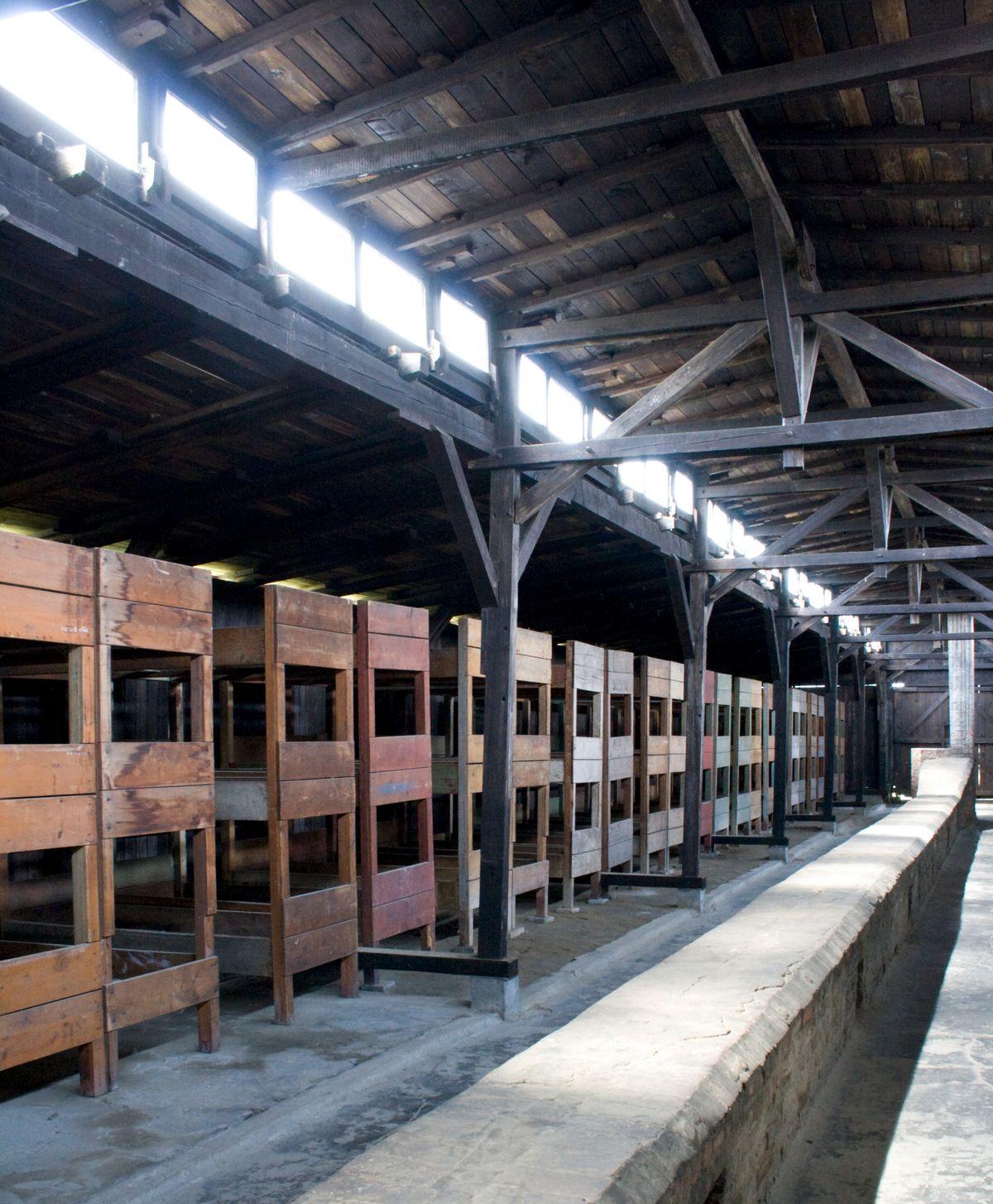 Wnętrze jednego z baraków w obozie Auschwitz. Stanisław Ryniak spędził w takich warunkach ponad cztery i pół roku swojego życia.