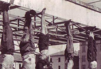 Wprowadzenie dyktatury skończyło się dla Mussoliniego tragicznie. W kwietniu 1945 roku został rozstrzelany. Jego zwłoki potraktowano bez żadnego szacunku. Na zdjęciu zbezczeszczone ciała faszystów, powieszone na stacji benzynowej (drugi od lewej Mussolini, trzecia Clara Petacci).
