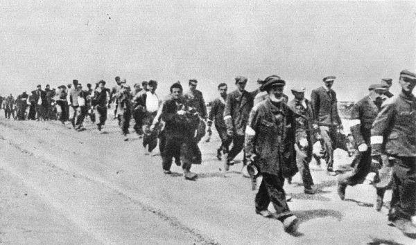 """Po przybyciu do obozu """"przejściowego"""" w Sobiborze więźniów pędzono """"pod prysznic""""."""