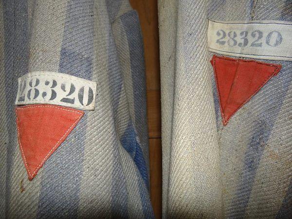 Więźniowie polityczni oznaczeni byli czerwonym trójkątem.