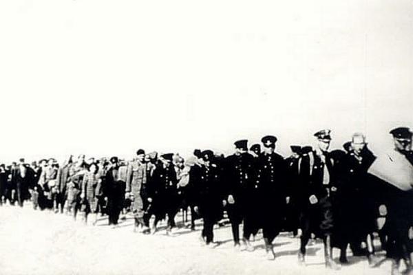 """Polscy policjanci oraz cywilni """"wrogowie ludu"""" aresztowani przez NKWD we wrześniu 1939 roku."""