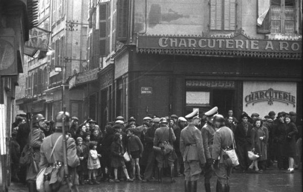 """Niemcy """"rekrutowali"""" robotników między innymi w ulicznych łapankach. Zdjęcie z Marsylii."""