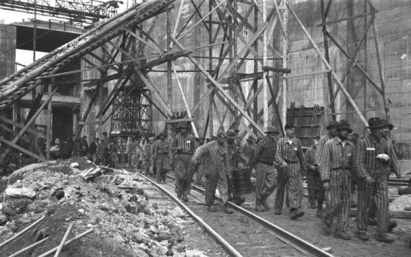 Ogromną część siły roboczej stanowili więźniowie obozów koncentracyjnych, wykorzystywani między innymi przez przemysł. Na zdjęciu więźniowie z Bremy.