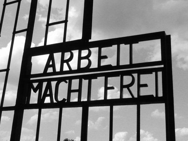 """Widniejący na bramach wielu obozów napis """"Arbeit macht frei"""" brzmiał w uszach zmuszanych do pracy robotników jak okrutna drwina."""
