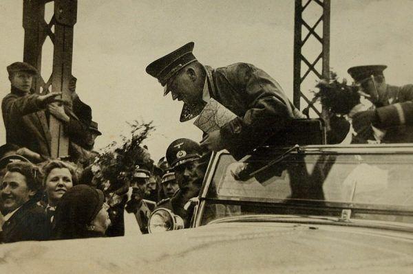 Manstein przygotowywał plan zajęcia przez III Rzeszę Austrii. Na zdjęciu Hitler przekracza austriacką granicę w marcu 1938 roku.