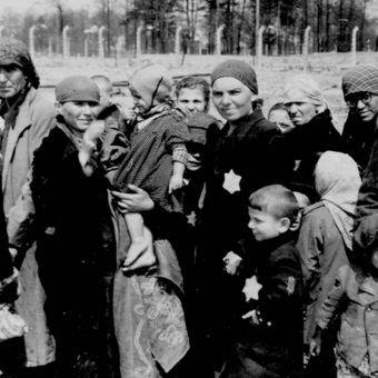 Kobiety i dzieci czekające na eksterminację w 1944 roku. Po uśmierceniu ich ciała odzierano z resztek godności, wyrywając im dla zysku złote zęby (fot. domena publiczna)