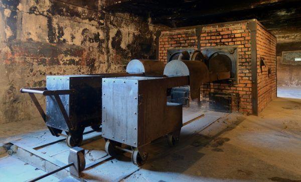 Krematorium w Auschwitz. Zanim zwłoki pomordowanych tu trafiły, specjalnie oddelegowani więźniowie musieli sprawdzić, czy w ich ciałach nie został nawet gram złota (fot. Marcin Białek, lic. CC BY-SA 3.0)