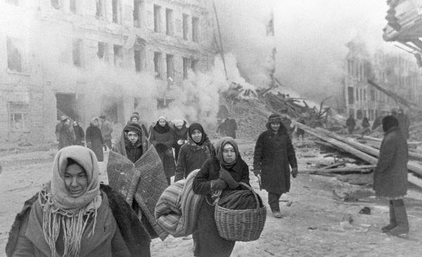 Dobrze ubrane i odżywione kobiety bardzo wyróżniały się wśród mieszkańców oblężonego Leningradu.