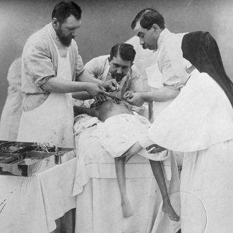 Dopiero w XIX wieku lekarze odważyli się na operowanie serca. Zdjęcie poglądowe.