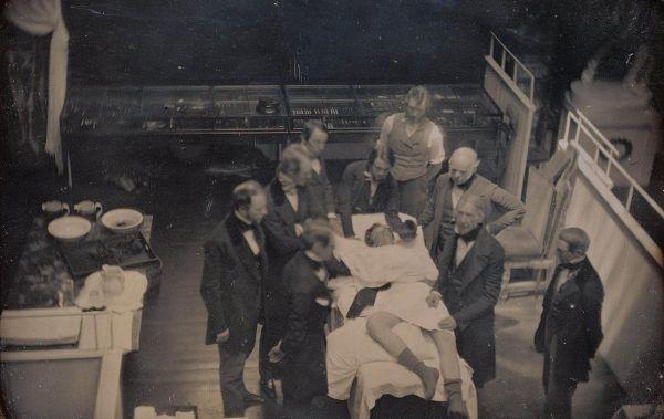 Wczesne podręczniki do medycy przypisywały pierwszą udaną operację serca doktorowi George'owi Callenderowi. Ilustracja poglądowa.