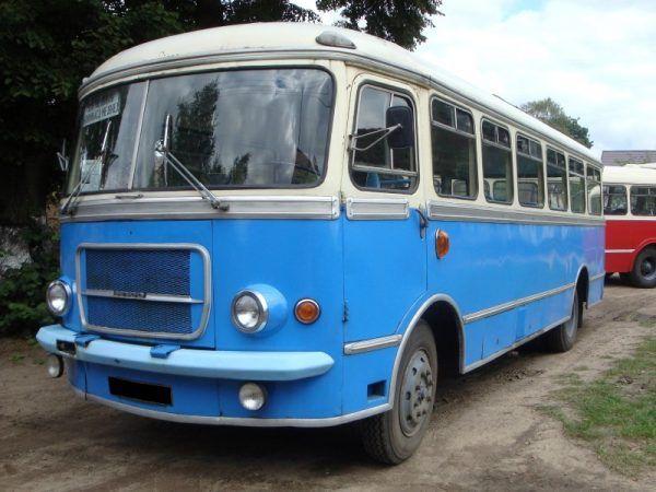 Przy kościele w Połańcu stał zaparkowany niebieski autobu SAN. Na zdjęciu San H100A (fot. Travelarz, lic. CCA SA 3.0)