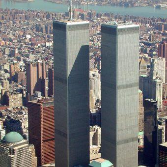 Symbol historii najnowszej po 1989 roku. Wieże World Trade Center na kilka miesięcy przed atakiem (fot. Jeffmock, lic. CC ASA 3,0)