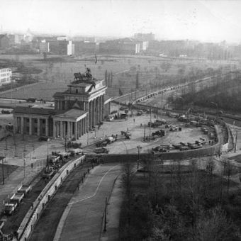 Symbol zimnej wojny. Fragment muru berlińskiego przy bramie brandenburskiej na fotografii z 1961 roku.