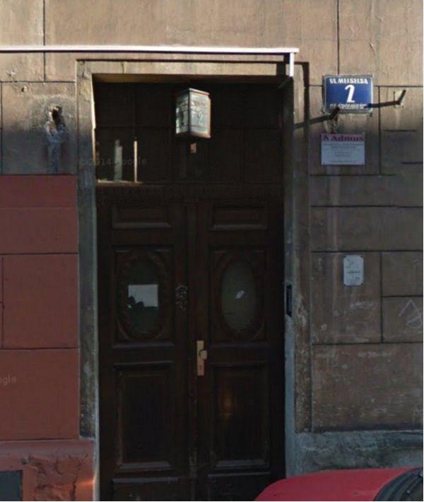 Wejście do kamienicy w któej mieszkał Karol Kot (fot. googe maps)