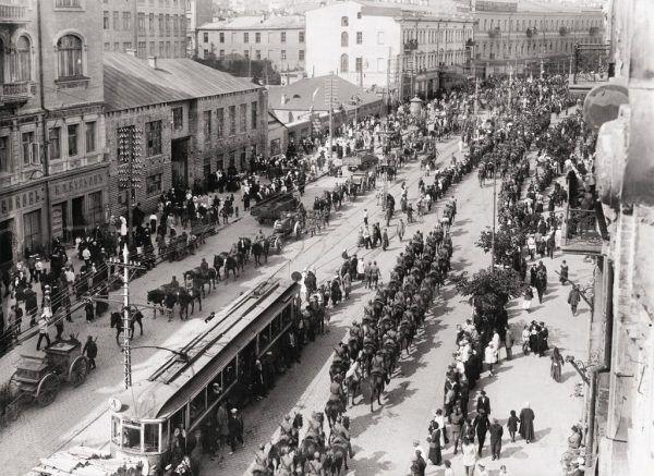 Polskie oddziały wkraczają do Kijowa w maju 1920 roku. Ulica Wielka Włodzimierska.