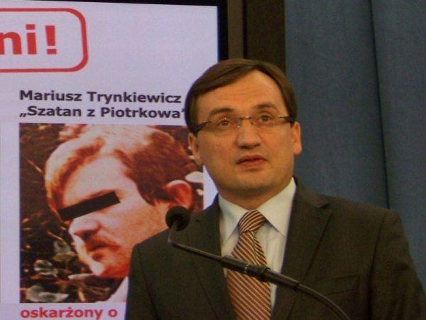 Zbigniew Ziobro na konferencji prasowej w 2012 roku. W tle wizerunek Mariusza Trynkiewicza (fot. Patryk Matyjaszczyk, lic. CC BY-SA 3.0)