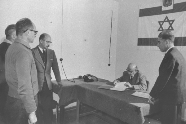 Lata po wojnie Eichmann stanął w końcu przed izraelskim wymiarem sprawiedliwości. Został skazany na śmierć.