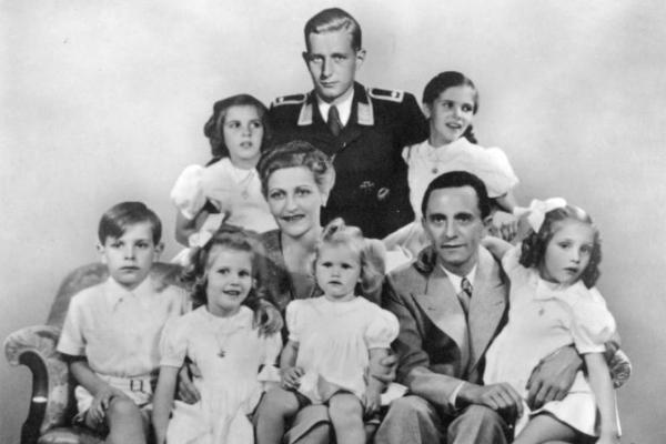 Państwo Goebbelsowie popełnili samobójstwo dzień po Hitlerze, wcześniej uśmiercając sześcioro swoich dzieci.