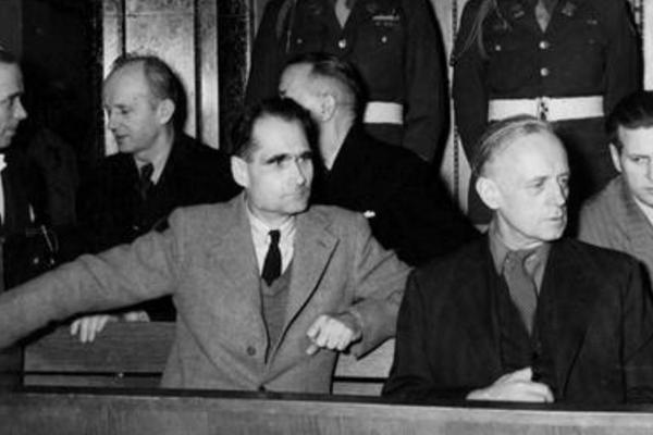 Trybunał w Norymberdze skazał Hessa na dożywotnie więzienie. Za kratami popełnił samobójstwo, lecz dopiero w wieku 93 lat.
