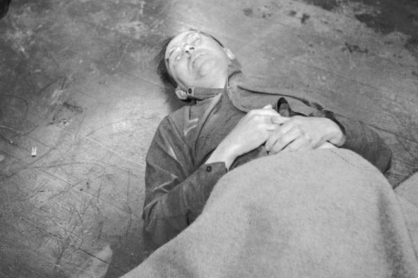 Himmler sam oddał się w ręce aliantów, po czym popełnił samobójstwo, zażywając truciznę.