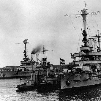 """Na Hel nacierały między innymi pancerniki """"Schlesien"""" i """"Schleswig-Holstein"""". Zdjęcie z ok. 1930 roku."""
