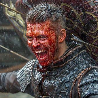 "Alex Høgh Andersen jako Ivar Bez Kości w serialu Michaela Hirsta ""Wikingowie"" (screen)."