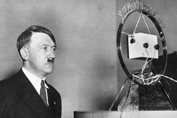 Hitler podczas przygotowań do przemówienia radiowego.