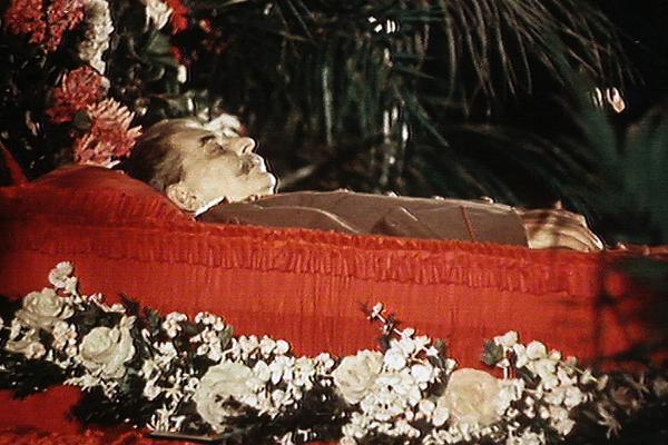 """Ciało wodza wystawione w moskiewskim Domu Związków. Kadr z filmu """"Śmierć Stalina – koniec epoki""""."""