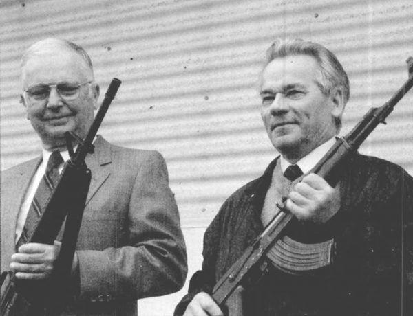 Eugene M. Stoner i Michail Kałasznikow z karabinami swojego projektu.